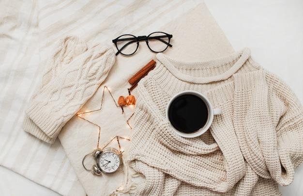 Sweter, rękawiczki z dzianiny i ozdoby świąteczne