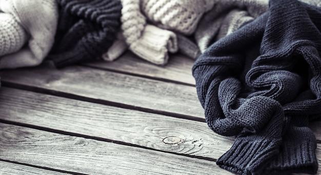 Sweter z dzianiny na drewnianej ścianie