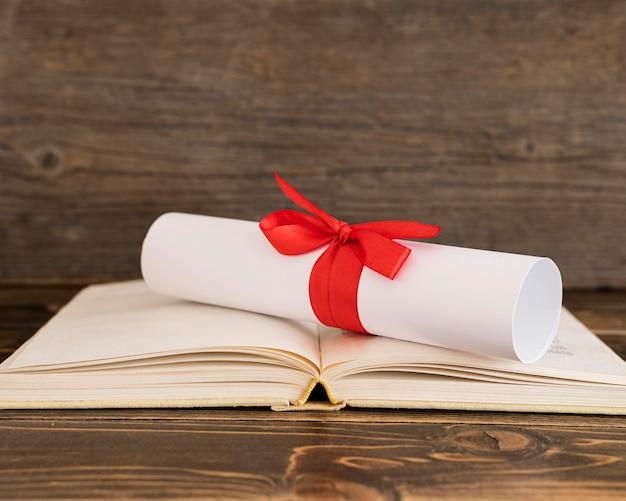 Świadectwo dyplomu edukacji na otwartej książce