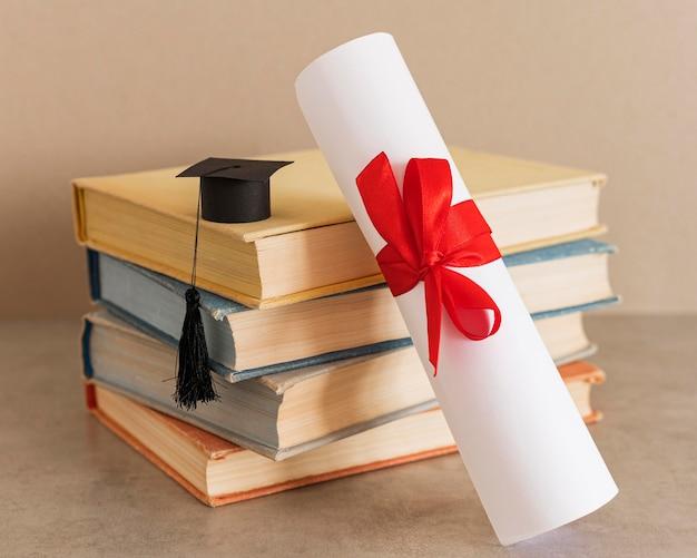 Świadectwo dyplomu edukacji z czerwoną wstążką i łukiem