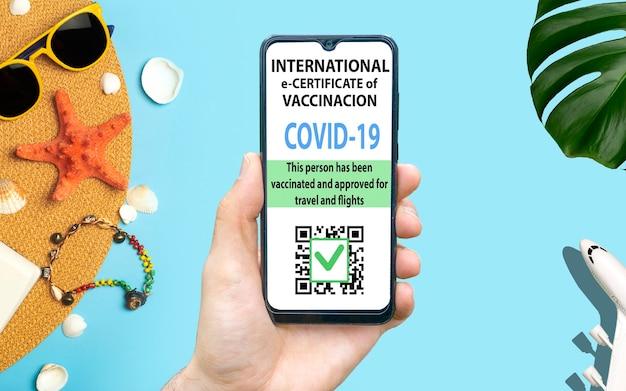 Świadectwo szczepienia koronawirusowego lub paszport szczepionki dla podróżnych koncepcja odporności na kru...