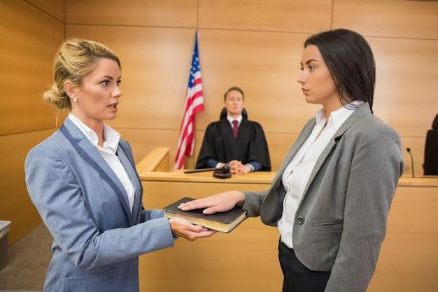 Świadek składający przysięgę