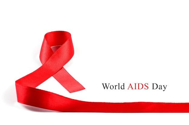 Świadomość aids czerwona wstążka na białym tle.