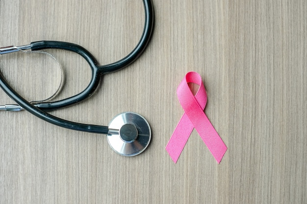 Świadomość raka piersi, różowa wstążka ze stetoskopem