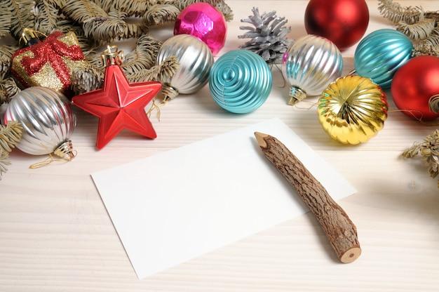 Świąteczna biała drewniana wzorzysta powierzchnia z gałązkami choinki i zabawkami
