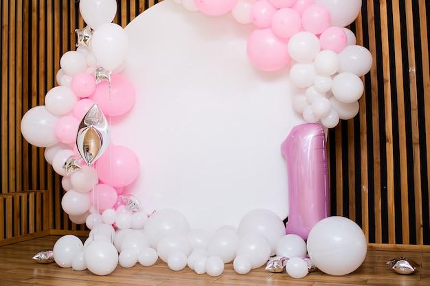 Świąteczna biała strefa fotograficzna z różowymi balonami. skopiuj miejsce.