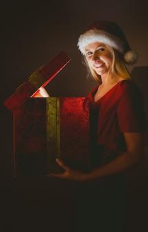 Świąteczna blondynka otwiera prezent