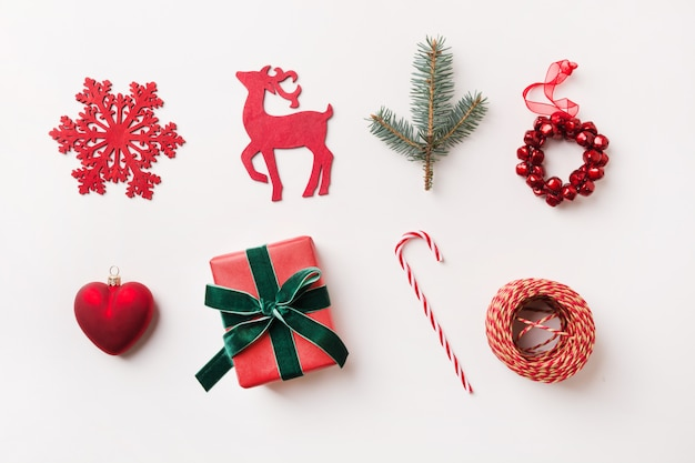Świąteczna czerwona kolekcja z kulkami, płatkami śniegu, sercem, reniferem, laską cukierków, designem. leżał płasko. widok z góry.