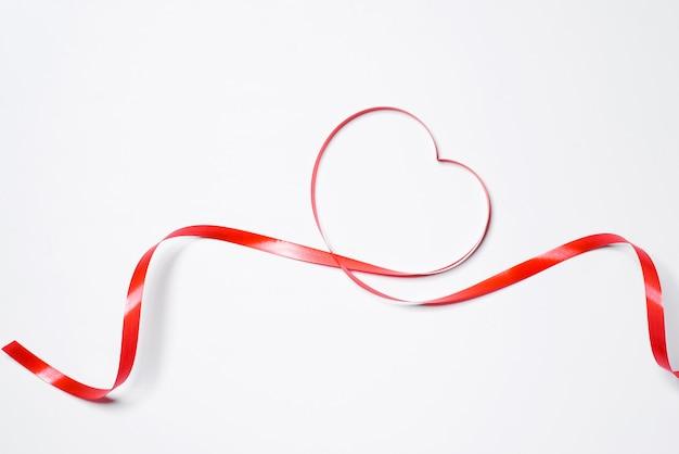 Świąteczna czerwona wstążka na białym tle
