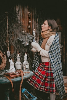 Świąteczna dekoracja kobieta tworzy świąteczną atmosferę na świeżym powietrzu rustykalny minimalistyczny nowoczesny z naturalnych ekologicznych materiałów w stylu skandynawskim. pomysły na dekorowanie nowego roku własnymi rękami.
