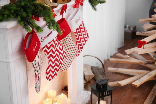 Świąteczna dekoracja kominka w salonie