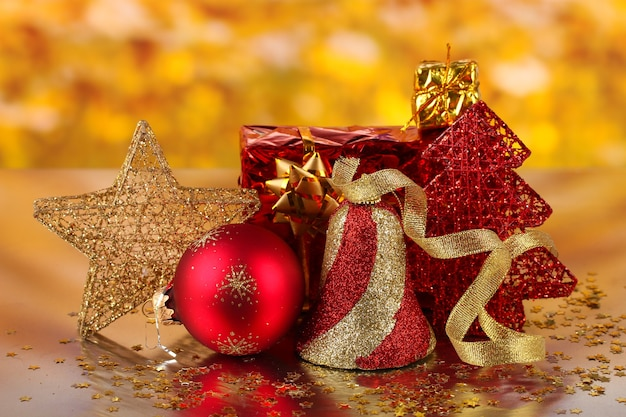 Świąteczna dekoracja na czerwonym tle