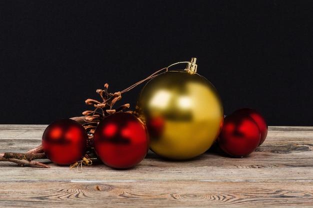 Świąteczna dekoracja na drewnianym stole