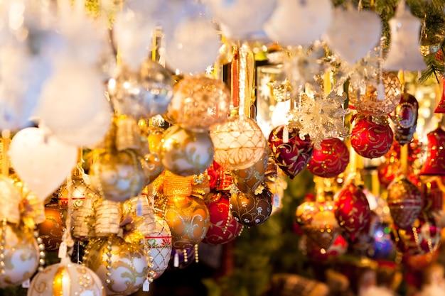 Świąteczna dekoracja na europejskim rynku. wakacyjne zakupy