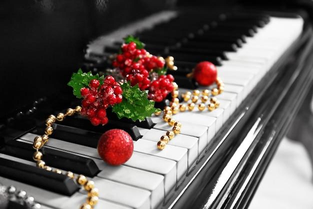 Świąteczna dekoracja na klawiszach fortepianu, zbliżenie