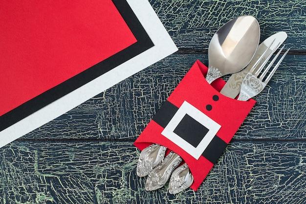 Świąteczna dekoracja na świąteczny stół w kształcie żakietu mikołaja