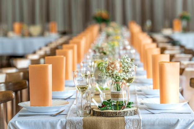 Świąteczna dekoracja stołu na przyjęcie bankietowe w kolorze pomarańczowym.