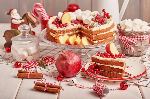 Świąteczna dekoracja stołu, świąteczny keks ze słodyczami na stole