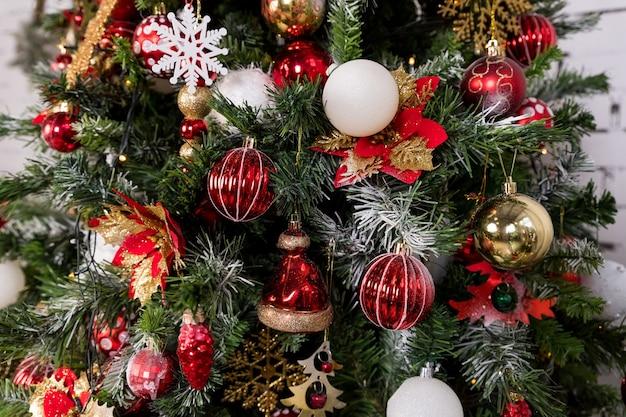 Świąteczna dekoracja świąteczna z tłem kulek na zimowe uroczystości z ozdobioną choinkąkolorowe ozdoby wiszą na gałęziach jodły
