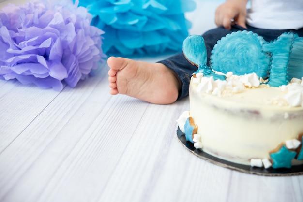 Świąteczna dekoracja tła na urodziny z ciastem