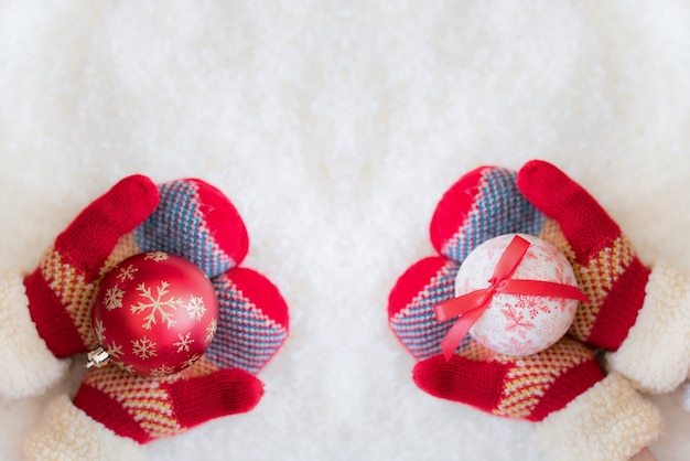 Świąteczna dekoracja w rękach dzieci na śniegu