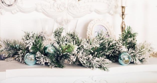 Świąteczna dekoracja z kominkiem w pokoju.