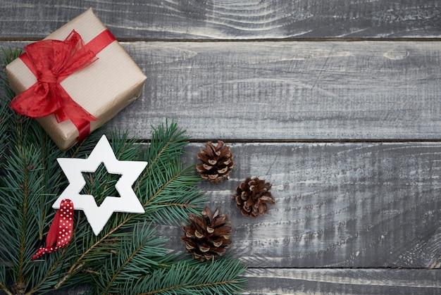 Świąteczna dekoracja z małymi prezentami