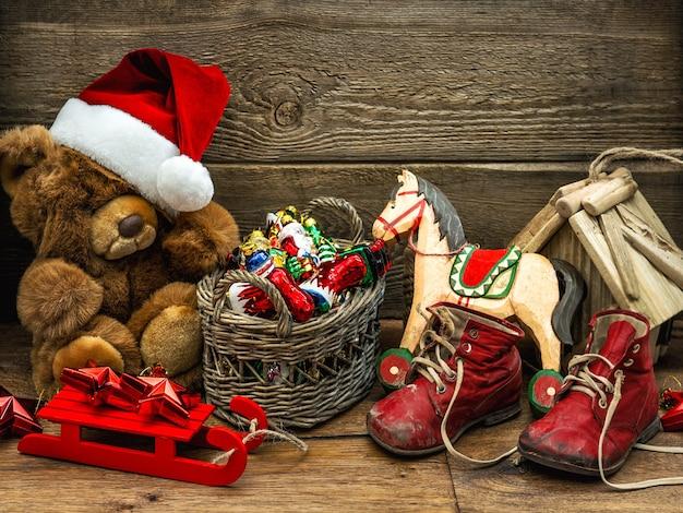 Świąteczna dekoracja z zabytkowymi zabawkami na drewnianym tle