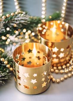 Świąteczna dekoracja ze złotymi lampionami i cudownymi światłami