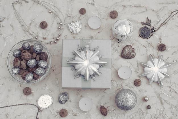 Świąteczna dekoracyjna kompozycja pudełka z zabawkami z prezentem