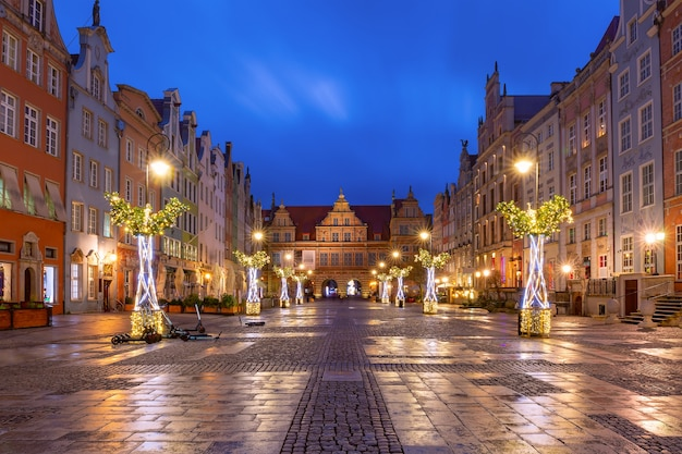 Świąteczna długa uliczka i zielona brama, brama zielona na starym mieście w gdańsku