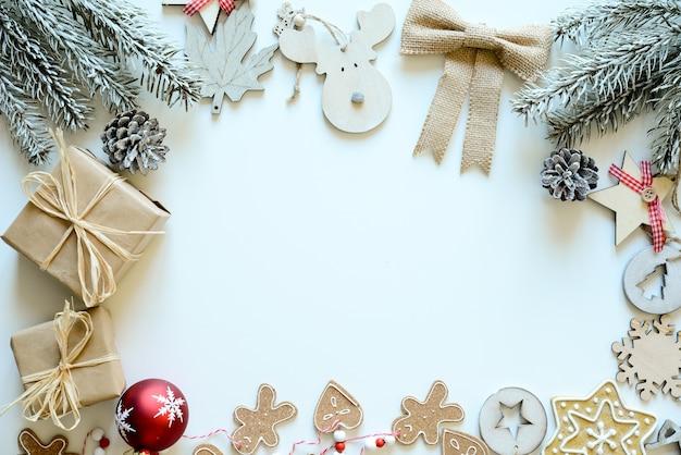 Świąteczna drewniana ozdoba i naturalna dekoracja karty z miejscem na kopię w środku poziomej śnieżnobiałej
