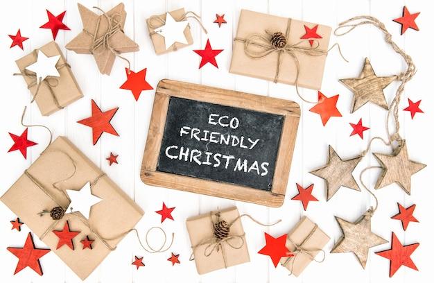 Świąteczna ekologiczna dekoracja prezentów i tablica vintage