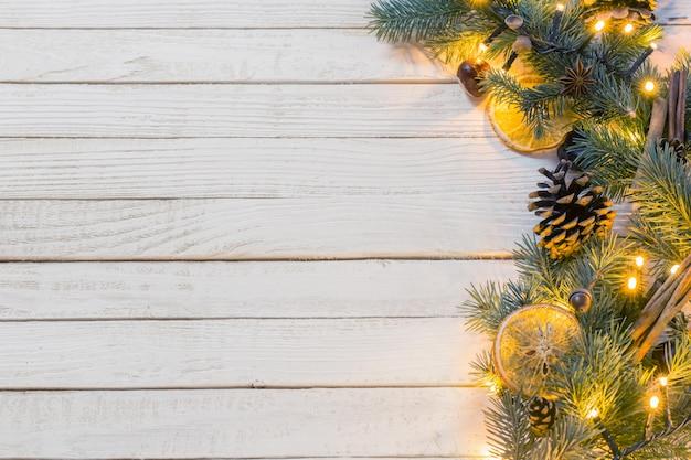 Świąteczna girlanda na drewnie