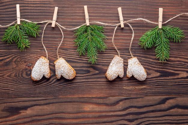 Świąteczna girlanda wykonana z pierników i gałązek świerkowych