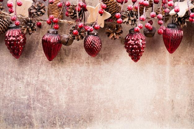 Świąteczna girlanda z czerwoną kulką