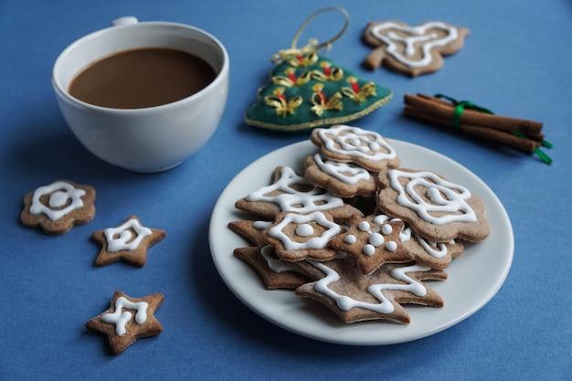 Świąteczna gorąca czekolada z ciasteczkami imbirowymi z białym lukrem