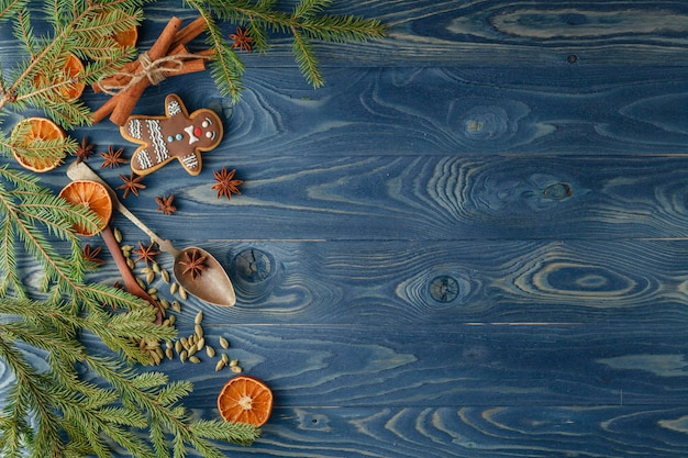 Świąteczna granica. piernikowi ciastka, pikantność i dekoracje na drewnianym tle.