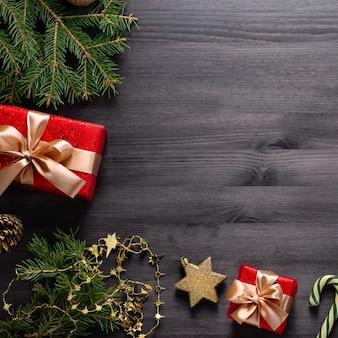 Świąteczna granica z sosną, prezenty, złote elementy na czarnym tle
