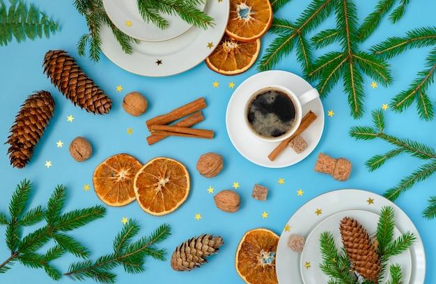 Świąteczna i noworoczna kompozycja z symbolicznym nakryciem stołu, wystrojem i akcesoriami.