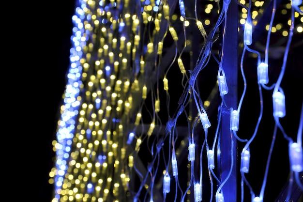 Świąteczna iluminacja kolorowa, z girlandami w formie ściany