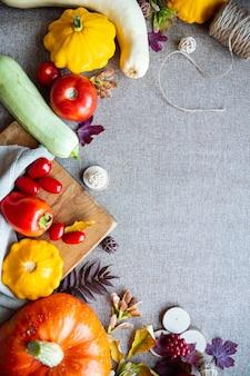 Świąteczna jesienna kompozycja z dyni, liści, pomidora i dyni na beżowym tle. koncepcja święto dziękczynienia lub halloween