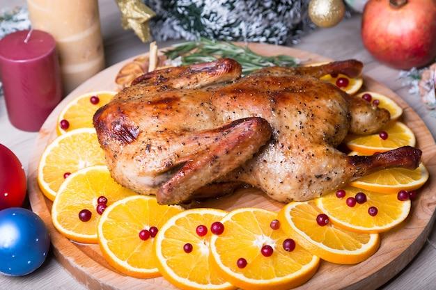 Świąteczna kaczka z pomarańczami i żurawiną pieczona w całości.
