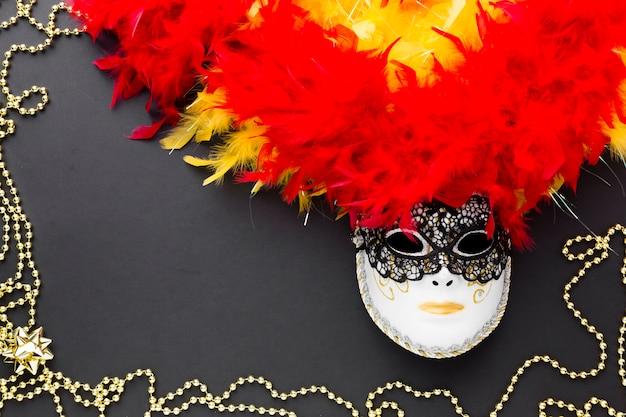 Świąteczna karnawałowa maska z piórkami
