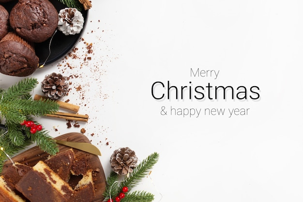 Świąteczna kartka z życzeniami ozdobiona deserami na białym tle