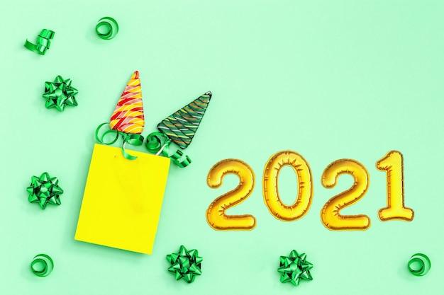 Świąteczna kartka z życzeniami z pętelkami w kształcie choinki.