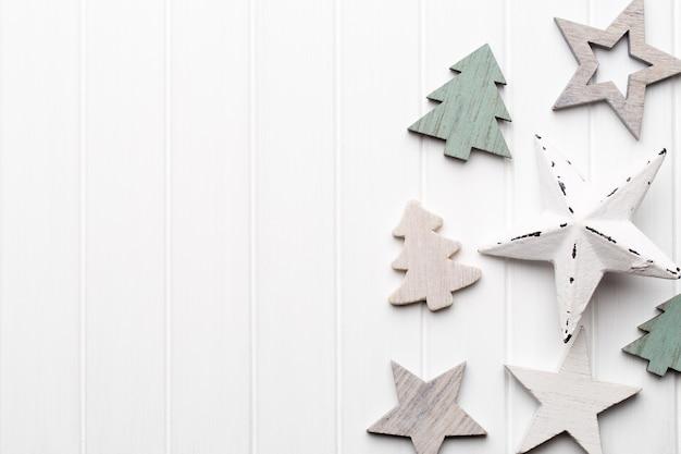 Świąteczna kartka z życzeniami z rustykalnymi dekoracjami świątecznymi.