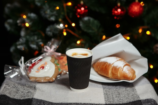 Świąteczna kawa i rogaliki z prezentami i zabawkami