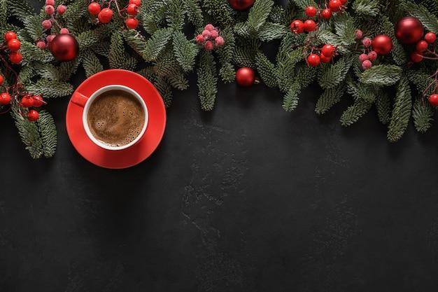 Świąteczna kawa z gałęziami nobilis czerwone kulki kartka świąteczna z życzeniami szczęśliwego nowego roku widok z góry