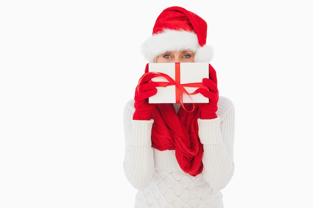 Świąteczna kobieta patrzeje kamerę trzyma prezent